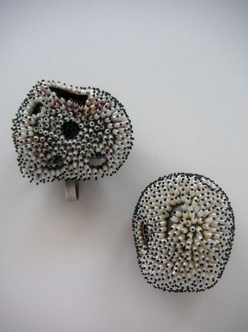 Sam Tho Duong: Brosche + Ring FROZEN Silber935, Oxyd., Süßwasserreiskornperlen